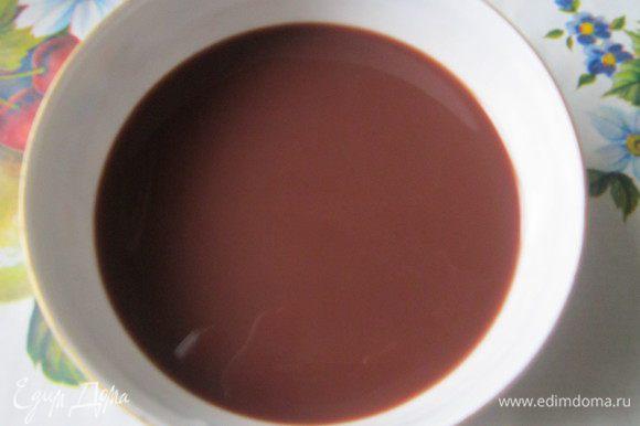 Сделаем пропитку. Для этого нужно сварить какао. Нам понадобится всего лишь одна чашка напитка, поэтому его можно не варить в отдельной кастрюле. Нужно смешать какао-порошок и сахар. Залить кипящей водой, постоянно помешивая ложкой. Добавить молоко и тщательно перемешать. Остудить. По желанию можно добавить ложку коньяка.