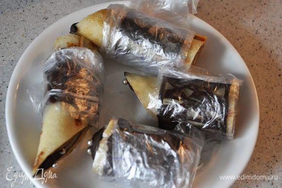 Оберните блины украшением вместе с пленкой. Поставьте в морозилку минут на 15.