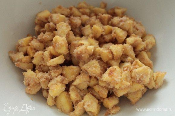 Яблоки почистить, удалить сердцевину, нарезать кубиком (у меня получилось 300 грамм в нарезанном виде), сбрызнуть лимонным соком. Нагреть сковороду, растопить сливочное масло, затем добавить овсяную муку, прогреть 1 минуту, добавить лимонный сок и цедру, нарезанные яблоки. Постоянно помешивая, обжарить яблоки до полумягкого состояния (5-7 минут). Выключить огонь и дать остыть под крышкой.