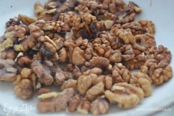 Орехи подсушить на сухой сковороде и измельчить.