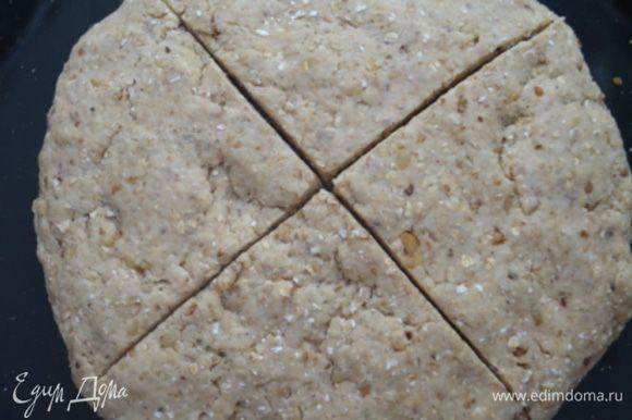 Сделать крестообразный надрез и смазать молоком.