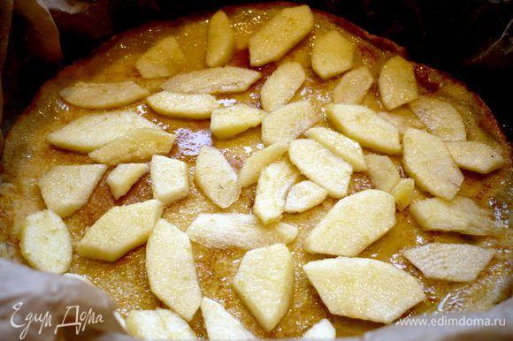 Яблоки очистим от кожуры и семян, разрезав их на четвертинки, порежем четвертинки на тонкие кусочки. Польем соком половинки лимона и перемешаем с сахаром. Форму выстелим пекарской бумагой. Сливочное масло растопим. Духовку разогреем до 180 градусов. Выкладываем блинчик и смазываем его кисточкой сливочным маслом. Выкладываем начинку (я начинала с яблок). Снова выкладываем блинчик, смазываем маслом и выкладываем яблочную или брусничную начинку. И так до тех пор, пока мы не выложим сверху последний блинчик. Его мы не смазываем маслом.