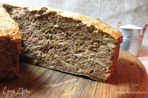 Готовый пирог вынуть из формы и нарезать на порционные куски. Очень вкусно со сметаной. Приятного аппетита! И доброй всем весны!