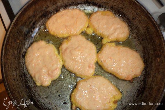 На сковороде разогреть растительное масло. Выкладывать тесто ложкой на сковороду, жарить оладушки с двух сторон до румяной корочки.