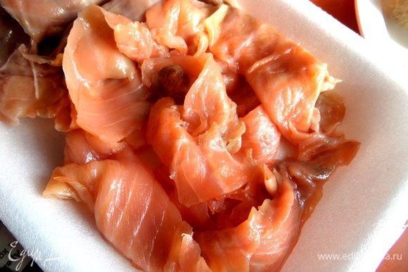 Из упаковки с рыбкой выбираем ровные длинные кусочки, особенно красивые оставим для верха.