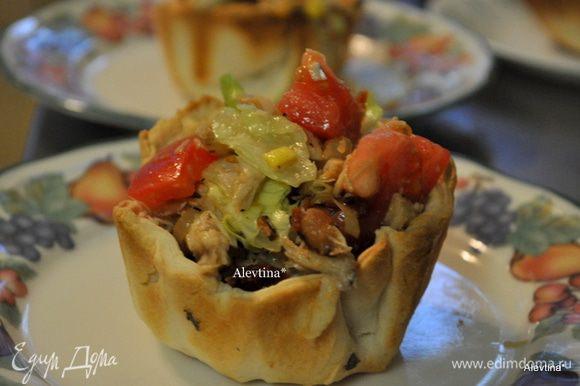 Подаем в теплом в виде в хлебных чашках или на листьях салата.
