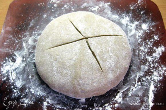 Готовое тесто выложить в стеклянную миску, смазанную оливковым маслом, накрыть пищевой пленкой и убрать в теплое место на 1 час. Затем тесто обмять и оставить еще на 1,5 часа. Из готового теста сформировать хлеб желаемой формы, сделать надрезы, выложить на подпыленный мукой противень, накрыть полотенцем и поставить на расстойку еще на 30 минут.