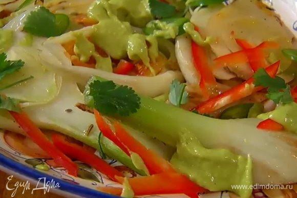 Фенхель с апельсинами выложить на блюдо, посыпать красным и зеленым перцем, полить заправкой и украсить листьями кинзы.