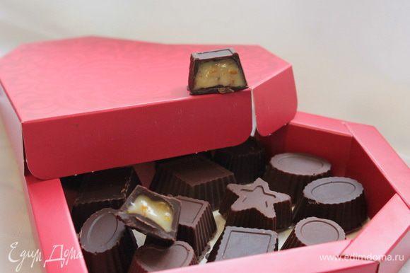 Готовые конфеты аккуратно достать из формочек, упаковать в коробочки или красивые кульки и можно идти в гости))