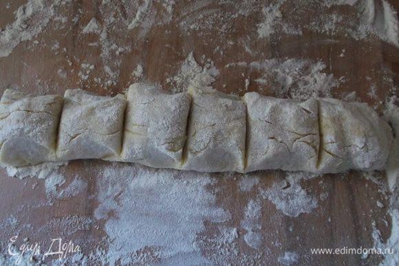 Отвариваем в подсоленной воде картошку в мундире, очищаем, разминаем в пюре, добавляем муку, яйцо, соль, перец. Замешиваем мягкое картофельное тесто.На доску присыпаем муку,вымешиваем колбаску (что бы тесто не липло, руки можно смазывать маслом) разрезаем на порции.