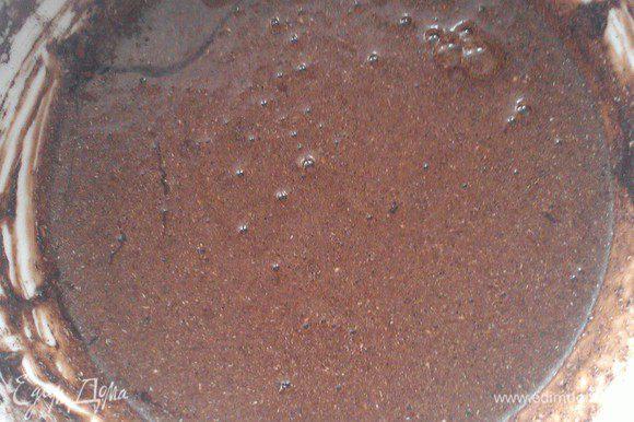 Добавляем какао, соль и смешиваем.