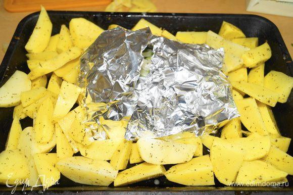 Завернуть мясо в фольгу. Вокруг выложить картофель и поставить запекаться в духовку, разогретую до 180 градусов. Готовить примерно 1 час, затем раскрыть фольгу (для того чтобы мясо зарумянилось) и запекать еще минут 15.