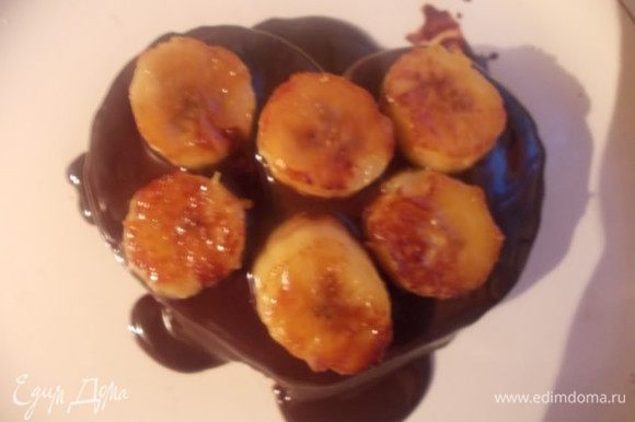 Коржи перемазываем шоколадным соусом. Одно пирожное,я сделала в середине с бананами,а второе,выложила бананы сверху.