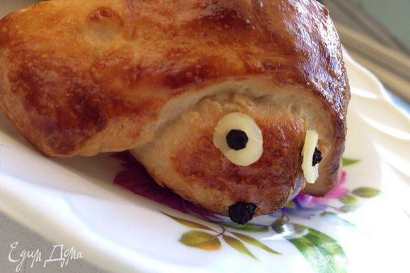Хот-догам дать чуть-чуть остыть. А затем из сыра и перца (или кусочков маслин)сделать глазки и носик.