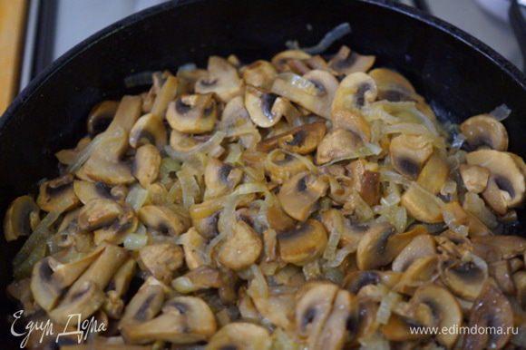 Обжариваем грибы, затем добавляем лук, нарезанный полукольцами, продолжаем жарить на подсолнечном масле, солим. Грибы почти головы.