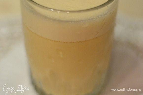 Для гоголь-моголя вылить в чашу с блендером яйца, добавить сахар и хорошенько взбить, затем подлить молока, добавить ваниль и мускатный орех, ром или бренди, взбить до однородности. Добавить смесь к жидкому тесту, венчиком перемешать.