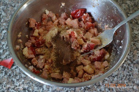 Начинка: ветчину и сладкий, предварительно запеченный перец нарезать мелким кубиком. Смешать с творогом, панировочными сухарями,сушеным базиликом, перцем душистым молотым и солью. В майонез выдавить зубчики чеснока...