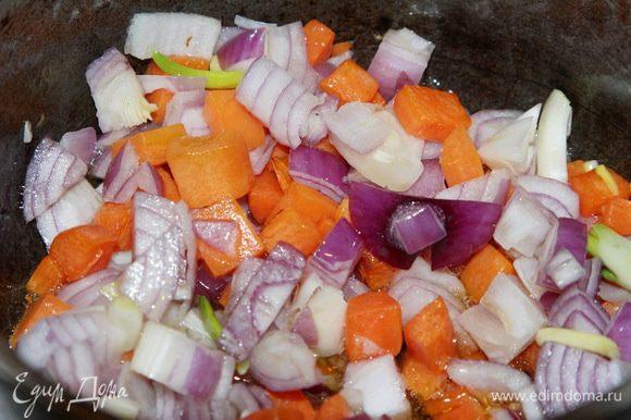 Как только морковь отдаст свой цвет, добавляем лук и протушиваем буквально пару минут.