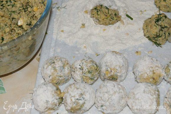 Сформируйте шарики размером с грецкий орех. Обваляйте в муке.