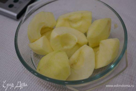 Яблоки очистить от кожуры и семечек, запечь в СВЧ до готовности, слить сок.
