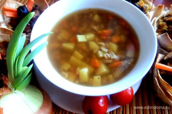 А в бульоне грибном сварила сначала перловку почти до готовности,затем добавила картофель кубками,морковку и целую луковицу,которую потом выбросила.