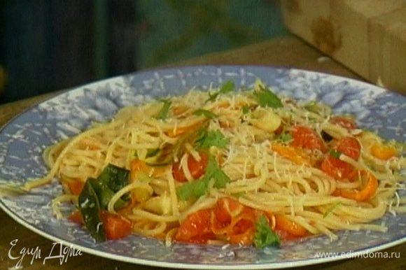 Присыпать тальятелле натертым сыром и листьями базилика и сразу же подавать.