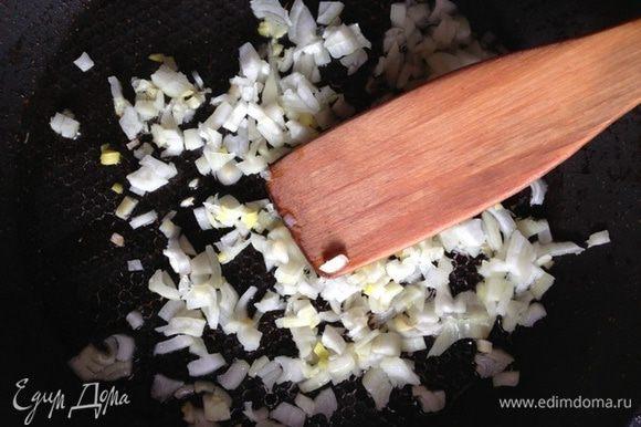 Головку лука измельчим и обжарим на растительном масле до золотистого цвета.