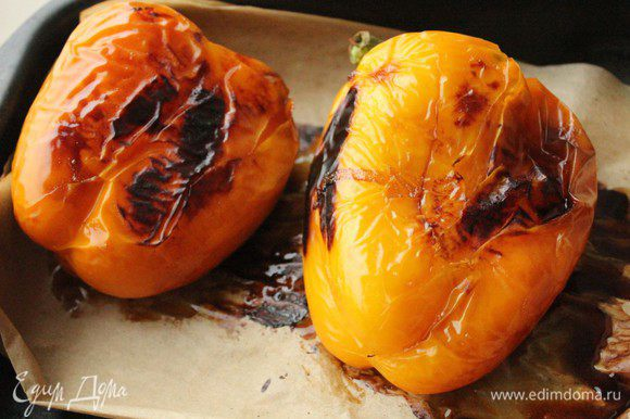 Когда на перцах появятся подпалины, достать их из духовки и поместить в пакет на 10-15 минут.
