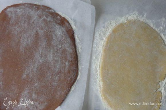 Для вырезных пряников тесто надо раскатать прямо на бумаге для выпечки и положить его на часок в холодильник.