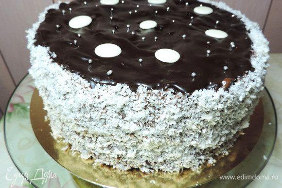 Бока торта я обмазываю кремом и обсыпаю смесью кокосовой стружки вафельных крошек. Украшаем по желанию. Перед подачей дать несколько часов постоять в холодильнике, лучше оставить на ночь.