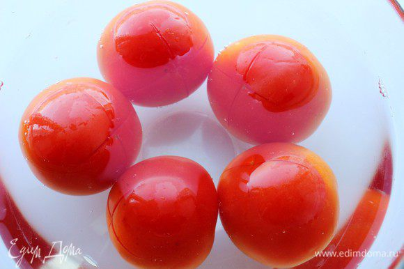 На помидорах сделать крестообразные надрезы и обдать кипятком. Затем снять кожицу и нарезать, как и остальные овощи...