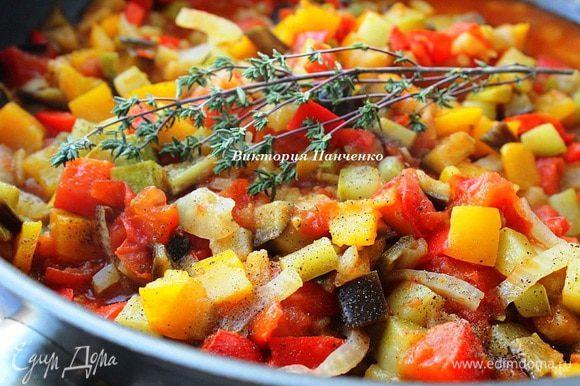 Когда блюдо будет готово, убрать сковороду с огня, добавить веточки тимьяна и оставить под крышкой еще на 30 минут. Рагу не обязательно подавать к мясу, оно может быть и самостоятельным блюдом...