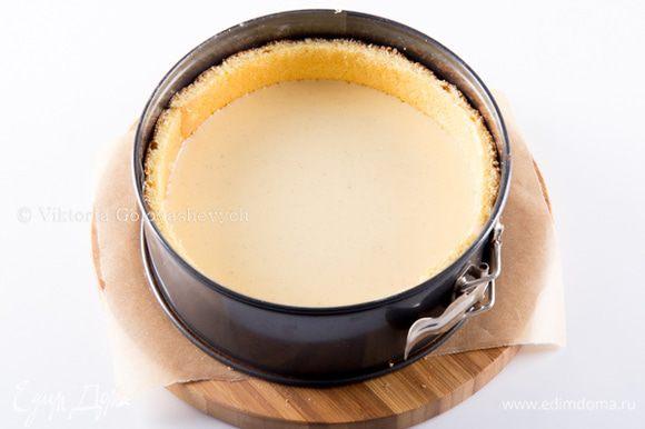Поверх вылить половину грушевого крема.