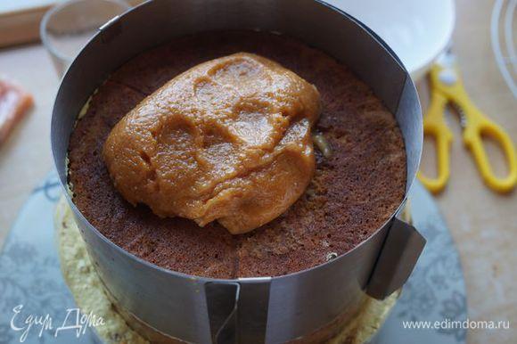 Последний корж (18 см) покрываем ореховой глазурью (похоже на ореховую пасту-пластилин).