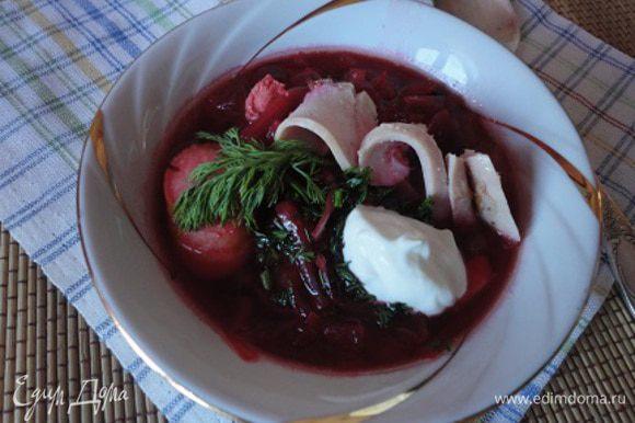 4. Грудку вместе с сосисками добавить в суп и прогреть. Перед подачей на стол посыпать рубленой зеленью. Можно добавить сметанку.