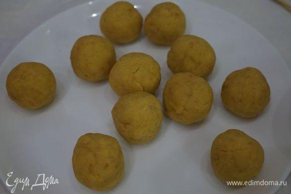 Скатываем шарики весом от 30 до 45 грамм, ставим в холодильник на 2 часа, чтобы крем хорошо схватился.
