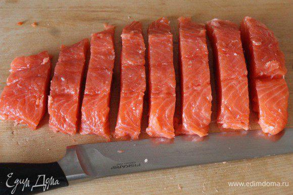 Нарезать рыбу небольшими кусками.