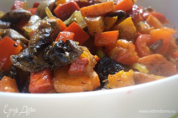 К шампиньонам добавить обжаренные лук, морковь и перец. Добавить зелёный горошек, прованские травы, посолить, поперчить, перемешать. Вот наша вкуснятина и готова!