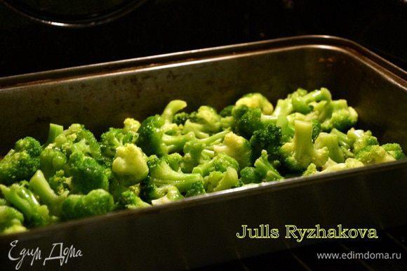 Наливаем в форму оливковое масло (70 г). Выкладываем брокколи. Сбрызгиваем сверху растительным маслом. Ставим брокколи в духовку, разогретую до 160 градусов.