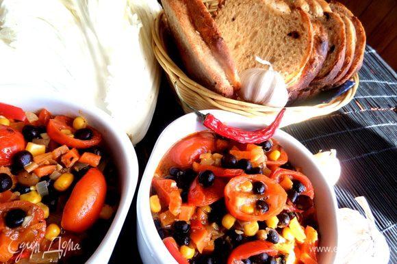 Подаём его с рагу из предыдущего рецепта... http://www.edimdoma.ru/retsepty/65274-vegetarianskiy-chili-chili-con-carne-latyshskaya-versiya
