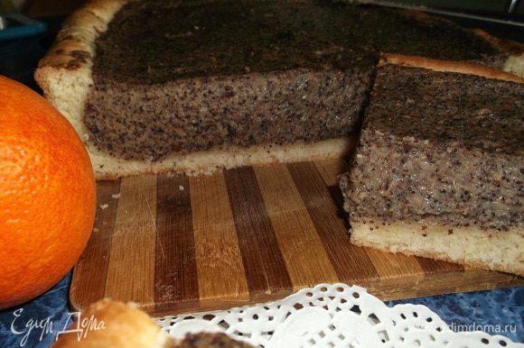 Пирог полностью остудить и нарезать на порционные кусочки.