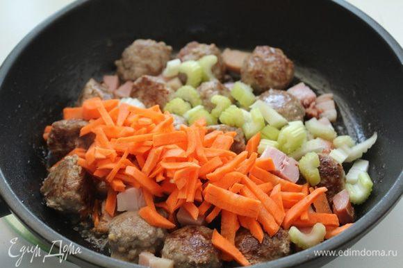 Сельдерей и морковь нарезать; добавить все в сковороду.