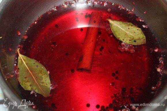 Сварить глинтвейн. Налить в кастрюлю вино, добавить перец, палочку корицы и лавровый лист, всыпать соль и сахар. Нагреть до 75-80 градусов. Убрать с огня и дать остыть до комнатной температуры.