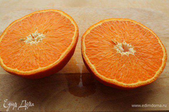 Когда маринад выпарится больше чем наполовину, разрезать апельсин (у меня крупный мандарин) на две части и выжать на утку сок. Запекать еще 15 минут.