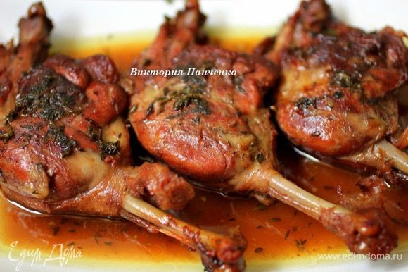 Сок цитрусовых придаст более выраженный вкус глинтвейна. Подавать с запеченным картофелем (http://www.edimdoma.ru/retsepty/40521-zapechennyy-kartofel-s-rozmarinom) и помидорами-черри.