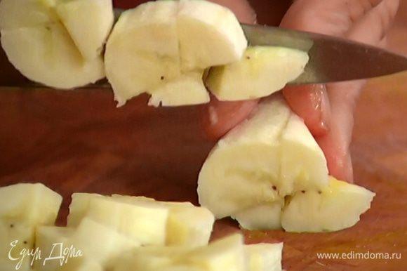 Банан почистить и разрезать на небольшие кусочки.