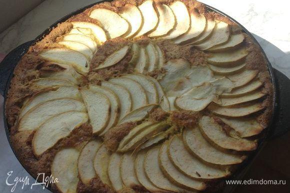 """2 яблока ( я брала """"Семеренко"""") мы нарезаем мелко кубиками, выкладываем их в форму, заливаем тестом. Сверху выкладываем яблочки нарезанные плоскими формами и посыпаем сахарной пудрой) Выпекаем 15-20 минут. Приятного аппетита!"""