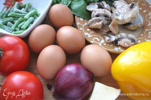 Приготовить все необходимое. Овощи, зелень и грибы помыть. Грибы порезать пластинками, обжарить на оливковом масле.
