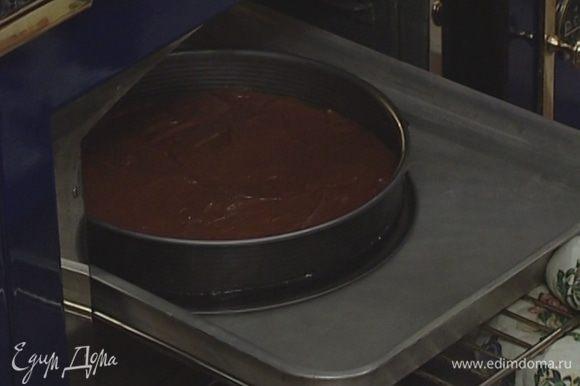 В большой глубокий противень влить кипящую воду и поставить туда форму. Выпекать 40 минут в разогретой духовке.