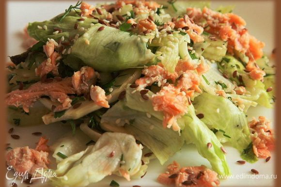 Выкладываем на порционные тарелки, добавляем кусочки красной рыбы, посыпаем кунжутом и семенами льна. Приятного аппетита!